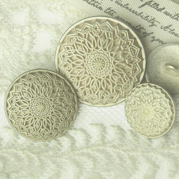 Knopf seidenmatt mit detaillierten Ornamenten