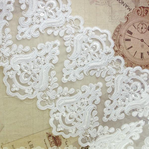 Opulente Borte mit Perlen und Pailletten 21cm Weiß